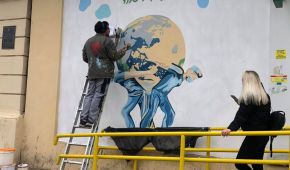 """""""Атланти, які рятують світ"""": в Одесі з'явився мурал, присвячений медикам"""