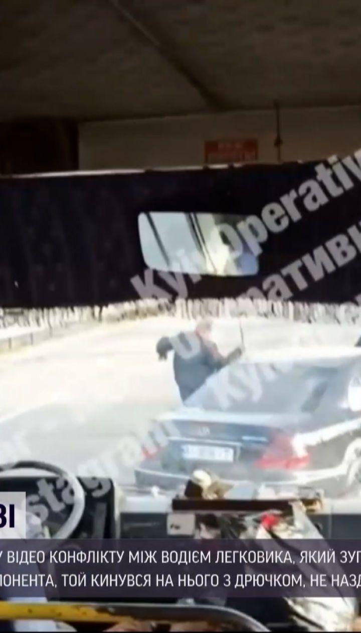 Новини України: у Чернігівській області водій маршрутки з палицею доганяв чоловіка, який у нього стріляв