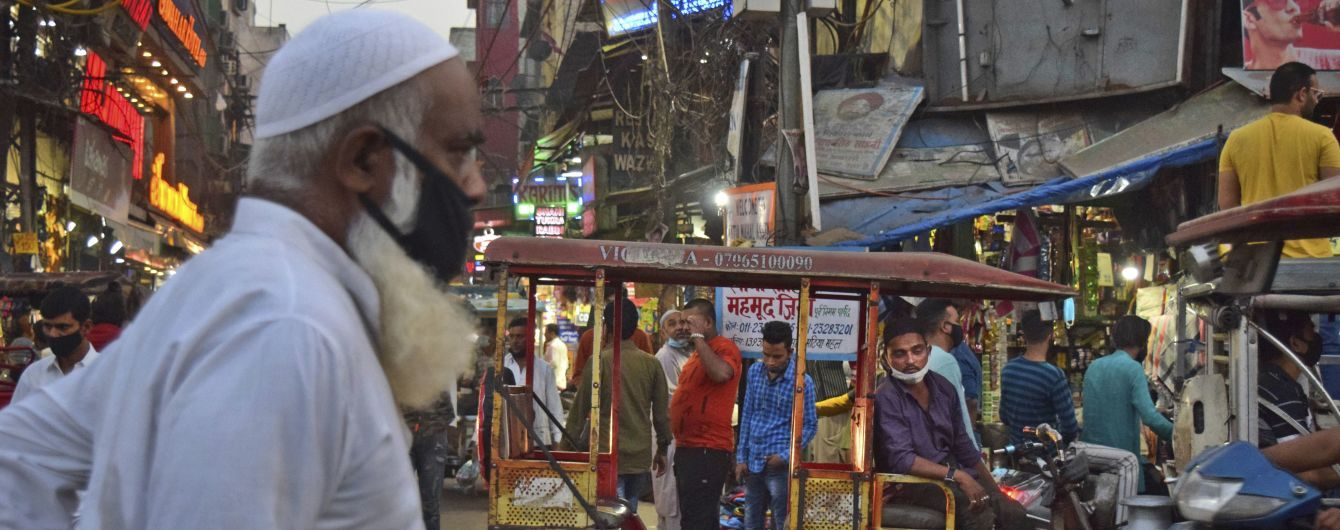 """""""Тела сжигают в парке"""": крематории в Индии переполнены из-за худшей за пандемию ситуации с корнавирусом"""