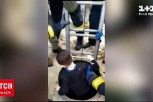 Новини України: у Києві врятували хлопчика, який провалився в технічний колодязь
