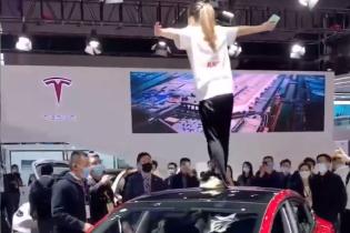 Власниця Tesla на даху електрокара влаштувала гучний скандал під час автошоу в Шанхаї: відео