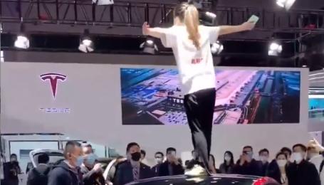 Владелица Tesla на крыше электрокара устроила громкий скандал во время автошоу в Шанхае: видео