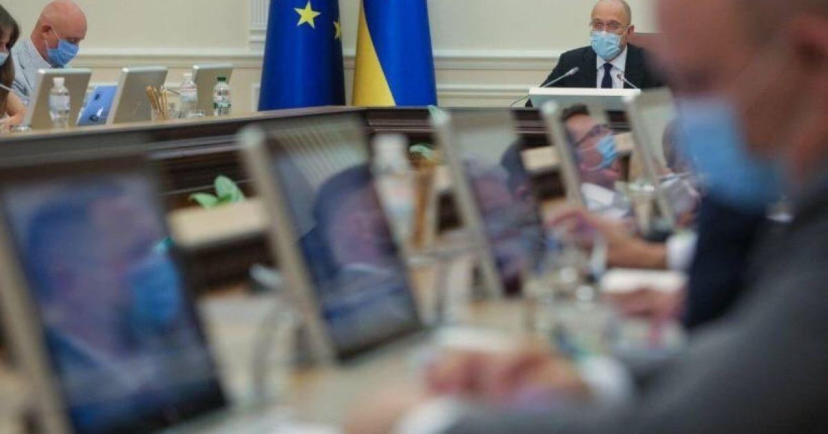 """Чиновники будуть """"тиснути"""" на акціонерів банків для повернення українцям 230 млрд грн"""