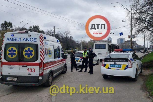 Кривавий карантин: у Києві водій маршрутки побився з поліціянтами