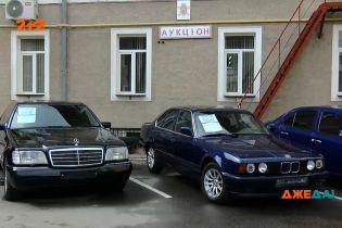 У Чернівцях виставили на аукціон автомобілі перших осіб міста