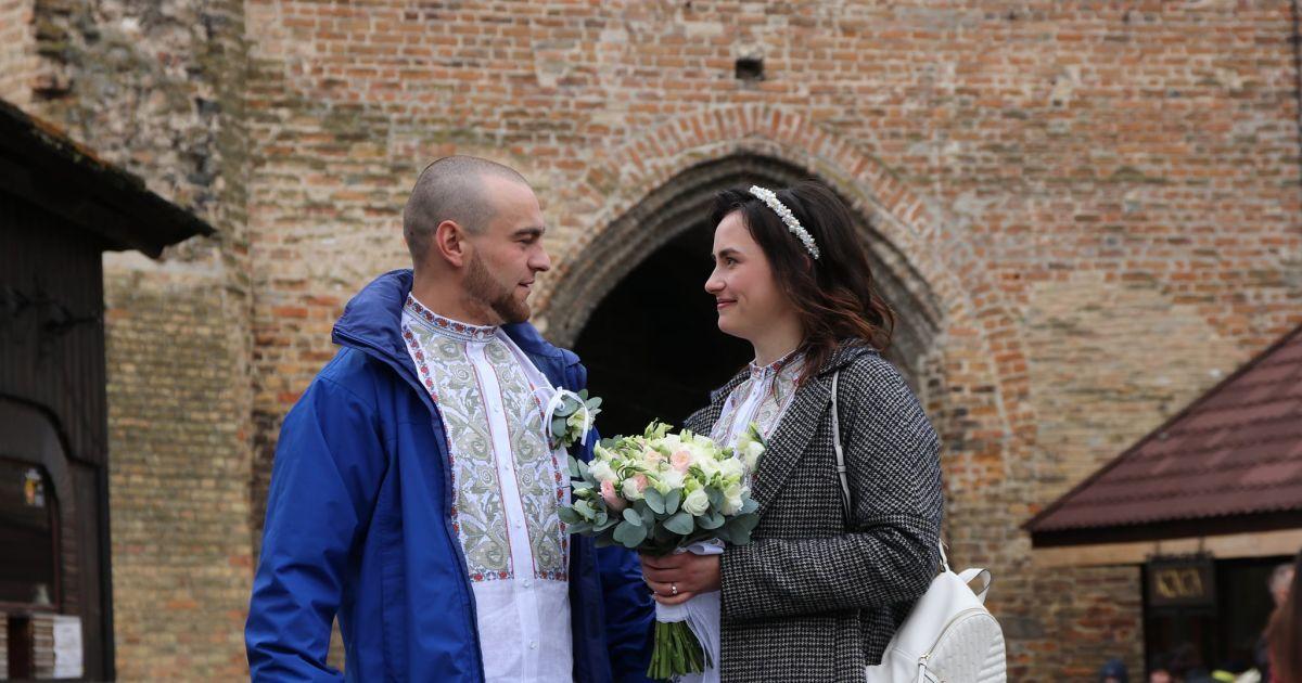 """""""Там совсем другие ощущения"""": в Луцком замке поженились военные, влюбившиеся на фронте (фото)"""
