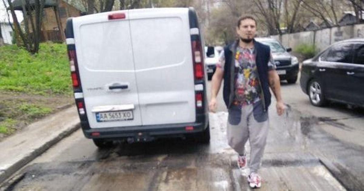 В Киеве неизвестный открыл огонь и ранил одного из дорожников, которые выполняли ремонтные работы