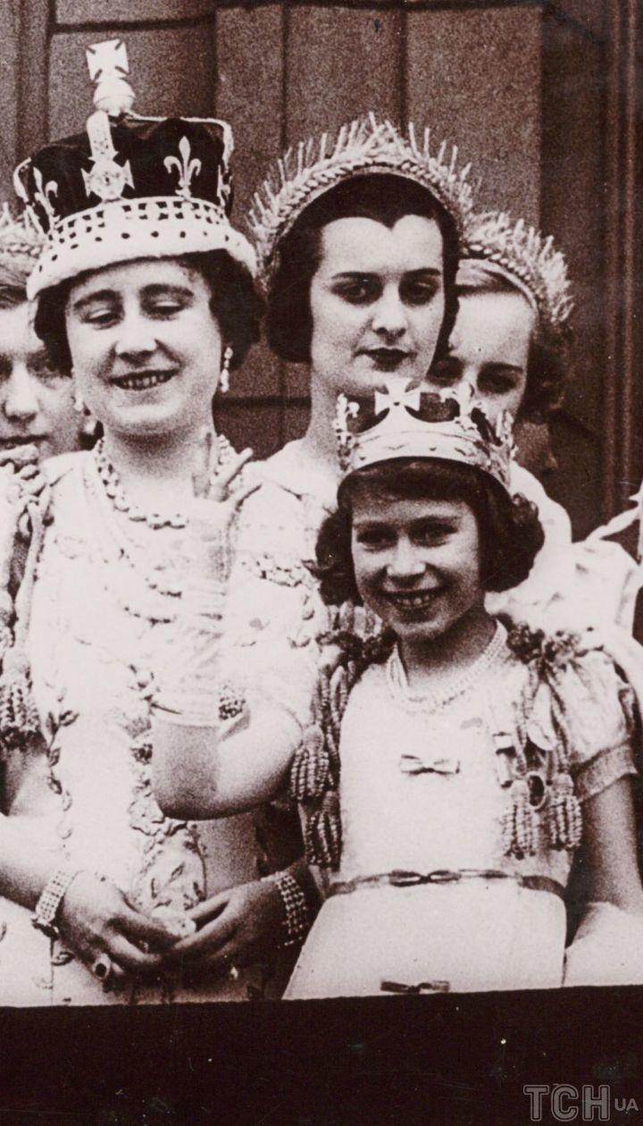 Фотография британской королевской семьи на балконе Букингемского дворца, сделанная неизвестным фотографом в мае 1937 года после коронации Георга VI.