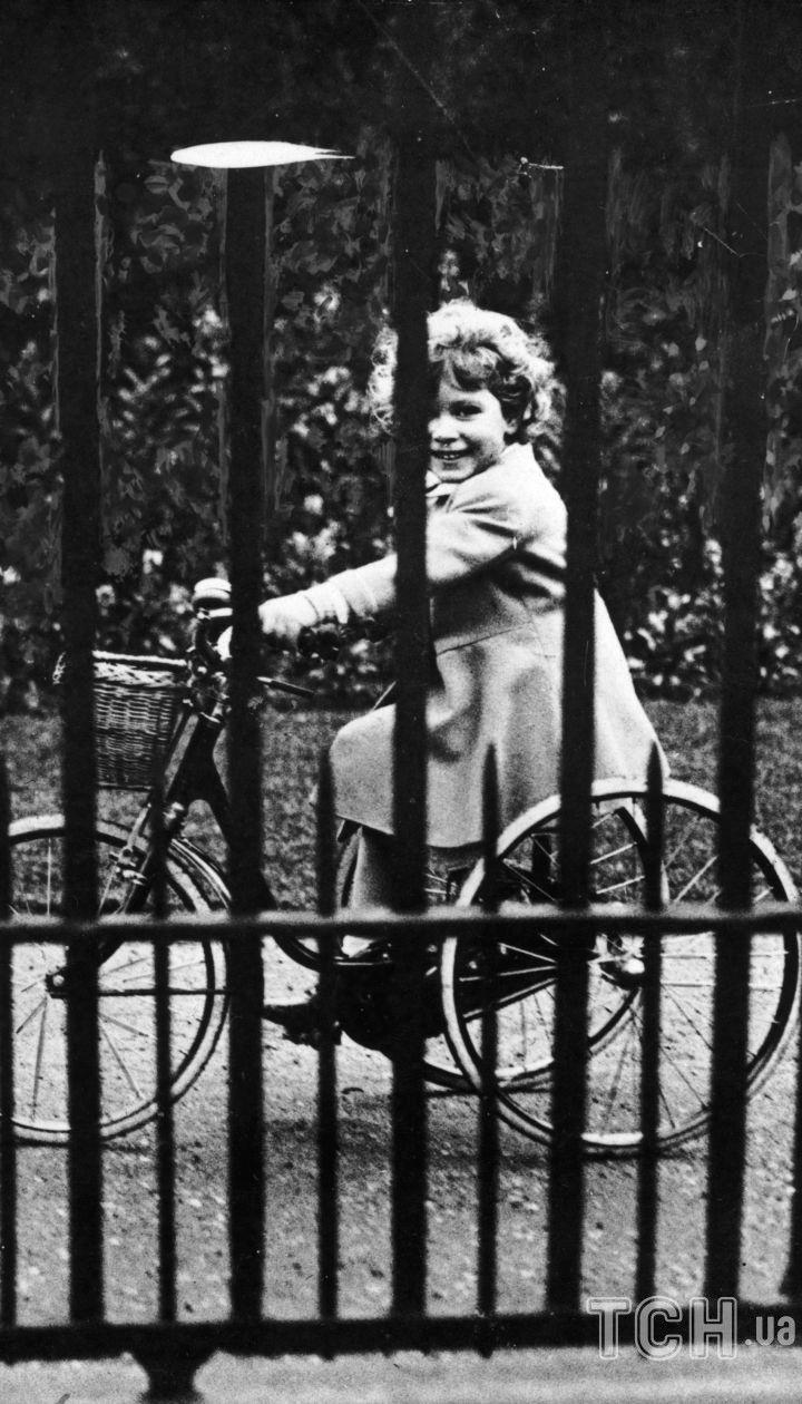 Принцесса Елизавета на своем трехколесном велосипеде, 1931 год