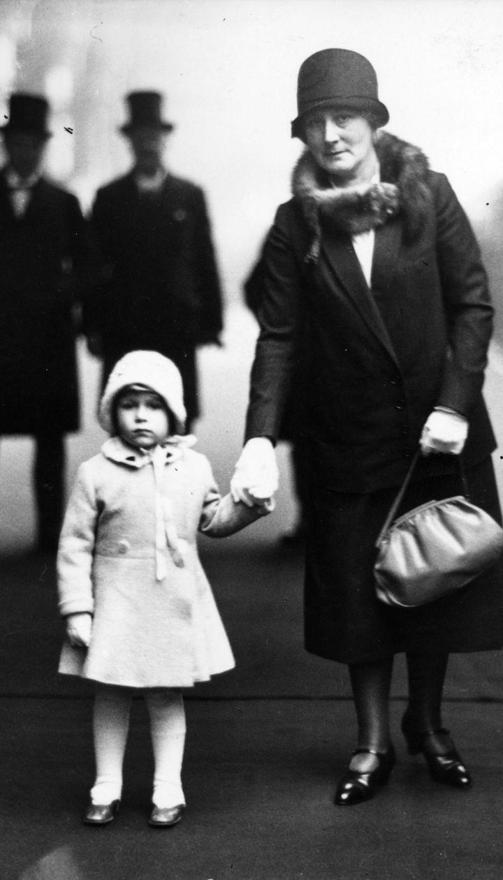 Принцесса Елизавета на платформе вокзала Кингс-Кросс собирается отправиться со своими королевскими бабушкой и дедушкой на рождественские каникулы в Сандрингем, 1929 год