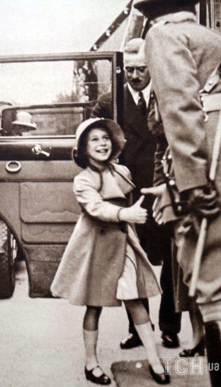 Фотография принцессы Елизаветы, которую приветствует чиновник, Виндзор. Датируется 20 веком.