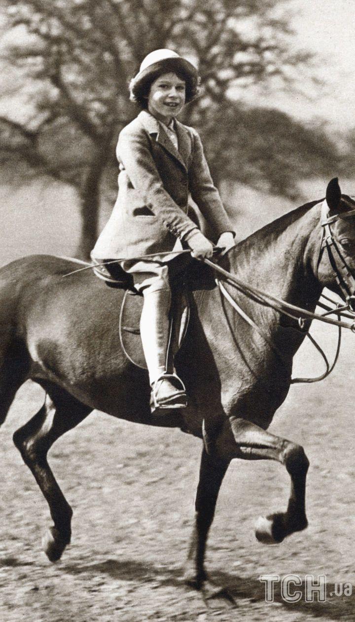 Принцесса Елизавета катается верхом в Большом Виндзорском парке, 1930-е годы.