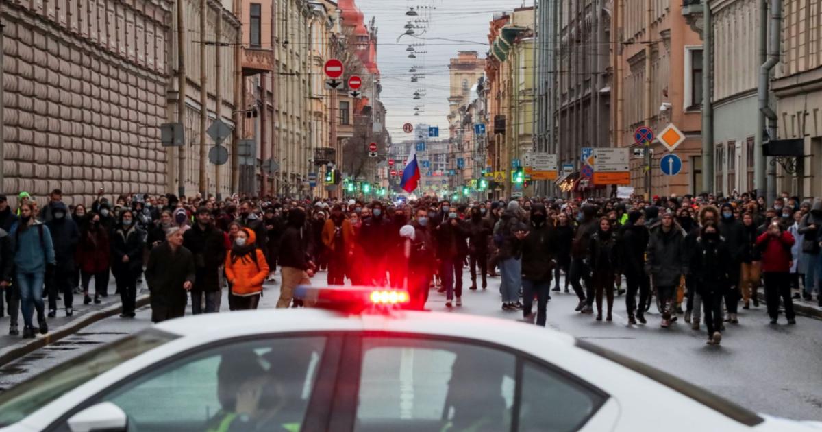 """Протести за Навального 21 квітня: """"пакують"""" людей до автозаків, погрожують, не пускають до вбиральні та не дають води"""