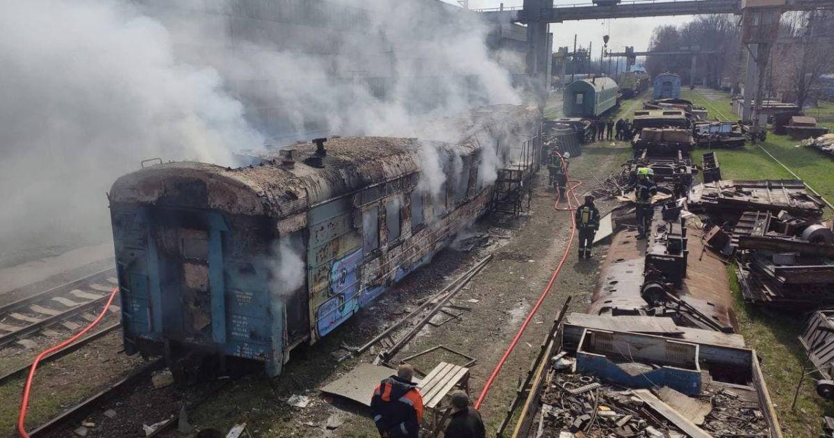 У Києві згорів вагон потяга: фахівці встановлюють причини