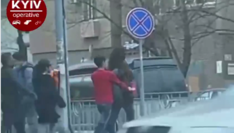 Появилось видео, как в Киеве грабят прохожих прямо на ходу