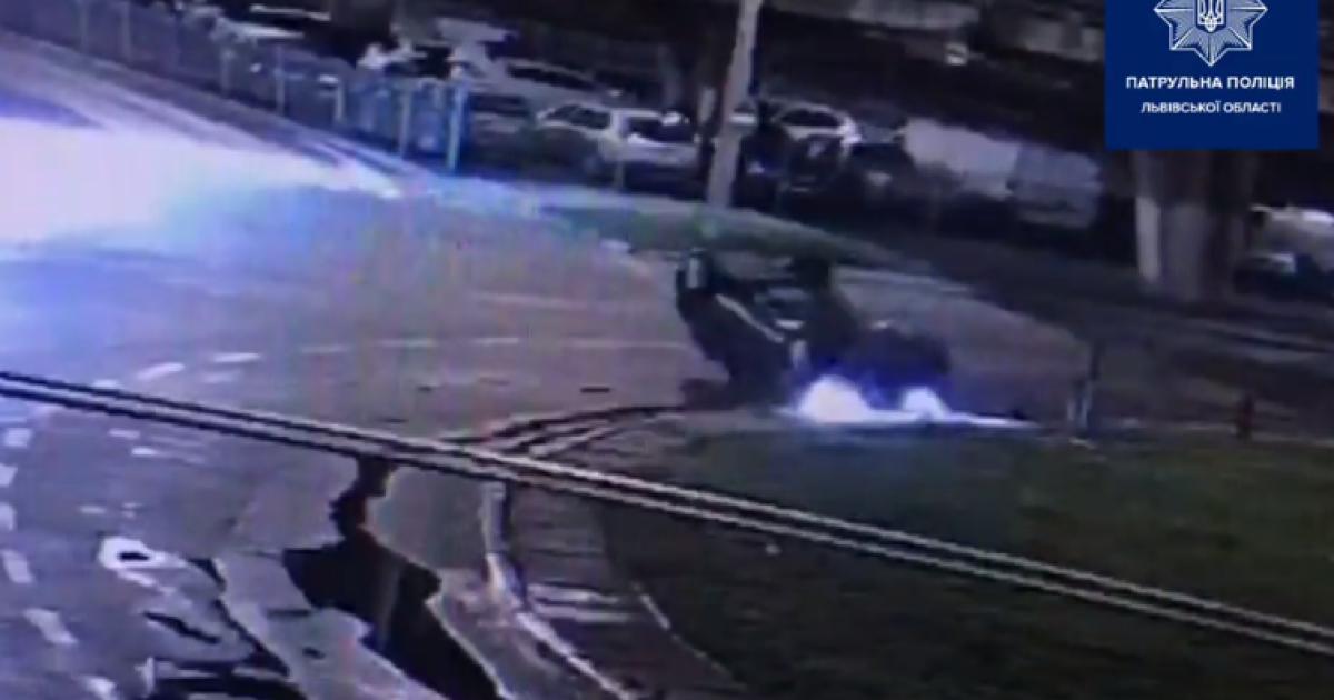 Ехал по пиво и перевернулся: во Львове нетрезвый водитель совершил ДТП и пытался скрыться от полиции