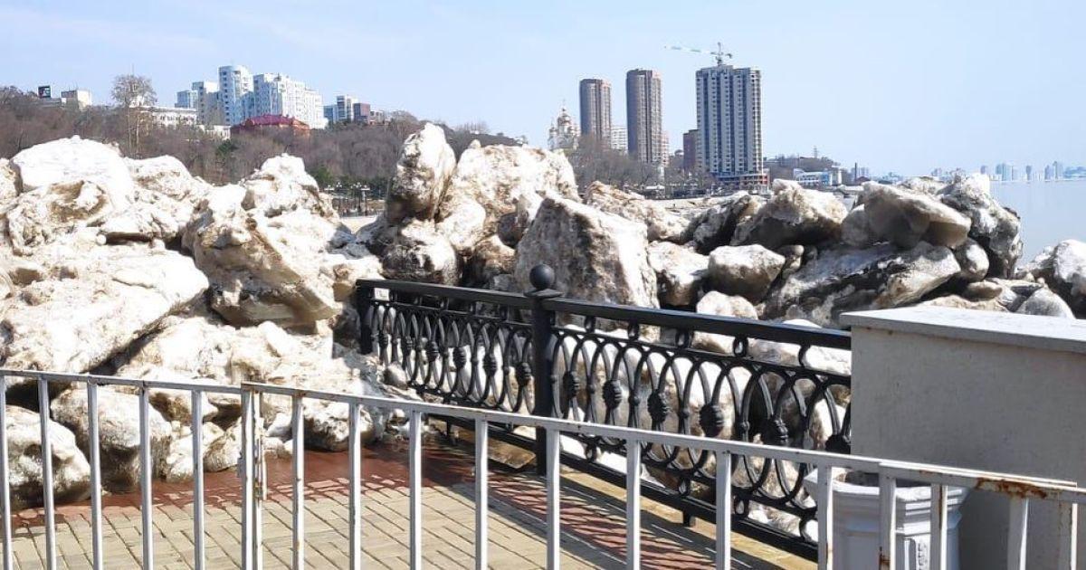 У Хабаровську брили льоду знесли огорожу набережної: відео вразило соцмережі
