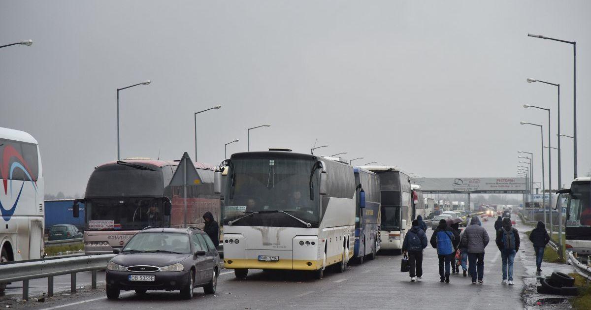 На кордоні з Польщею в чергах застрягли понад 400 автівок