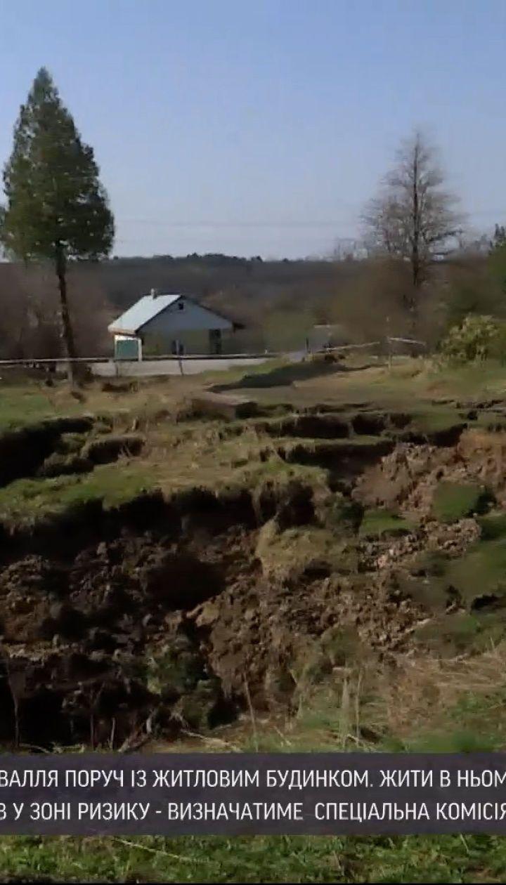 Новости Украины: в селе Пески Львовской области образовалась огромная пропасть просто вплотную к дому