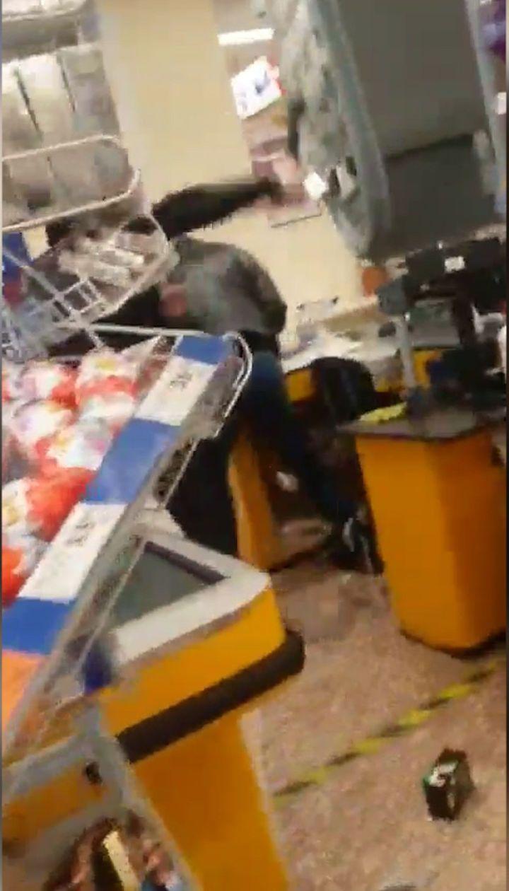 В Мариуполе мужчина с топором разгромил супермаркет