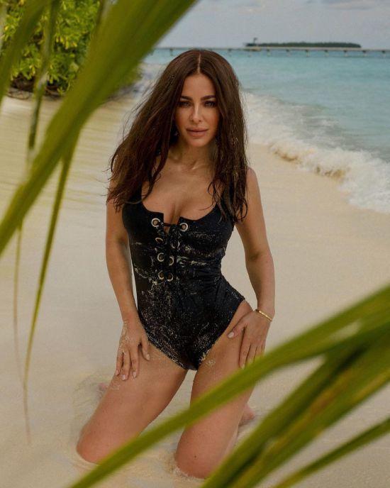 Ані Лорак у купальнику на шнурівці спокусливо позувала на пляжі