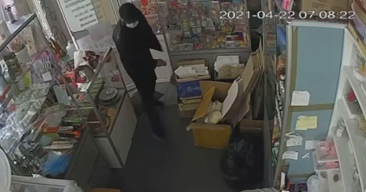 У Києві пограбування крамниці потрапило на відео: невідомий викрав ноутбук і гроші з каси