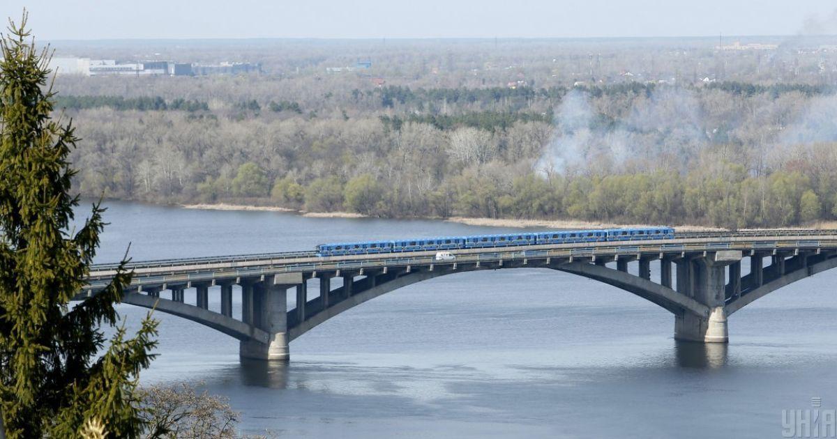 У Києві на мосту Метро через Дніпро вихідними обмежать рух транспорту