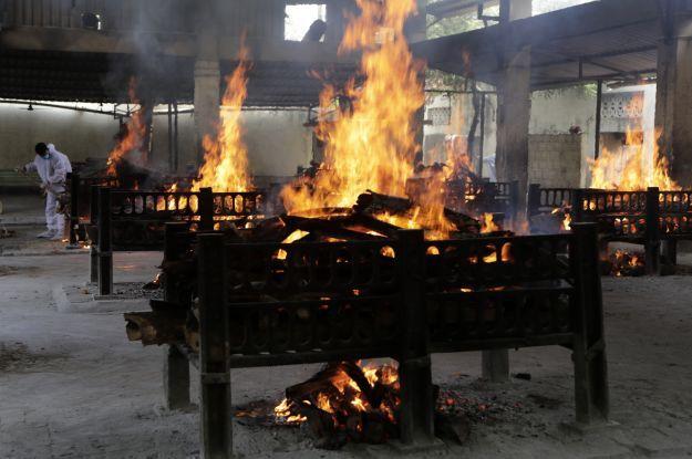 Ужасная ситуация с COVID в Индии: медцентры переполнены, безнадежных больных выносят из больниц умирать на улице (фото)