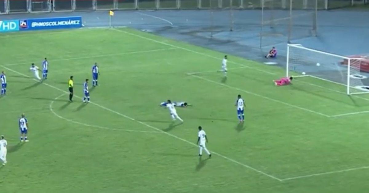 Самый нелепый автогол в истории: травмированный игрок, лежа на газоне, забил мяч в свои ворота (видео)