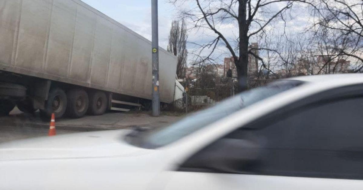 Так и свисает над склоном: в Киеве до сих пор не забрали фуру, которая через три полосы вылетела в кювет