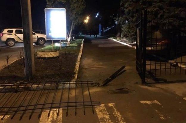 У Сумах нетверезий водій протаранив паркан відділу поліції