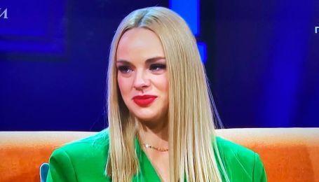 """У трав'яному костюмі і з червоною помадою: учасниця шоу """"Холостяк-11"""" прийшла на постшоу у стильному луці"""