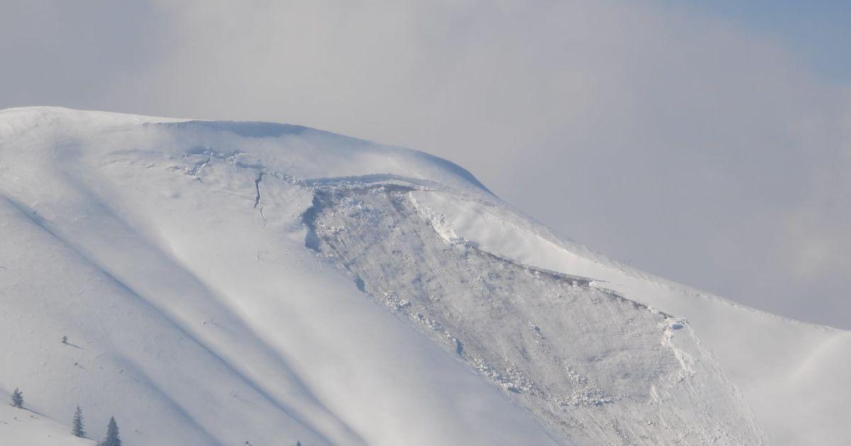 У горах Франції під сніговою лавиною загинули три людини