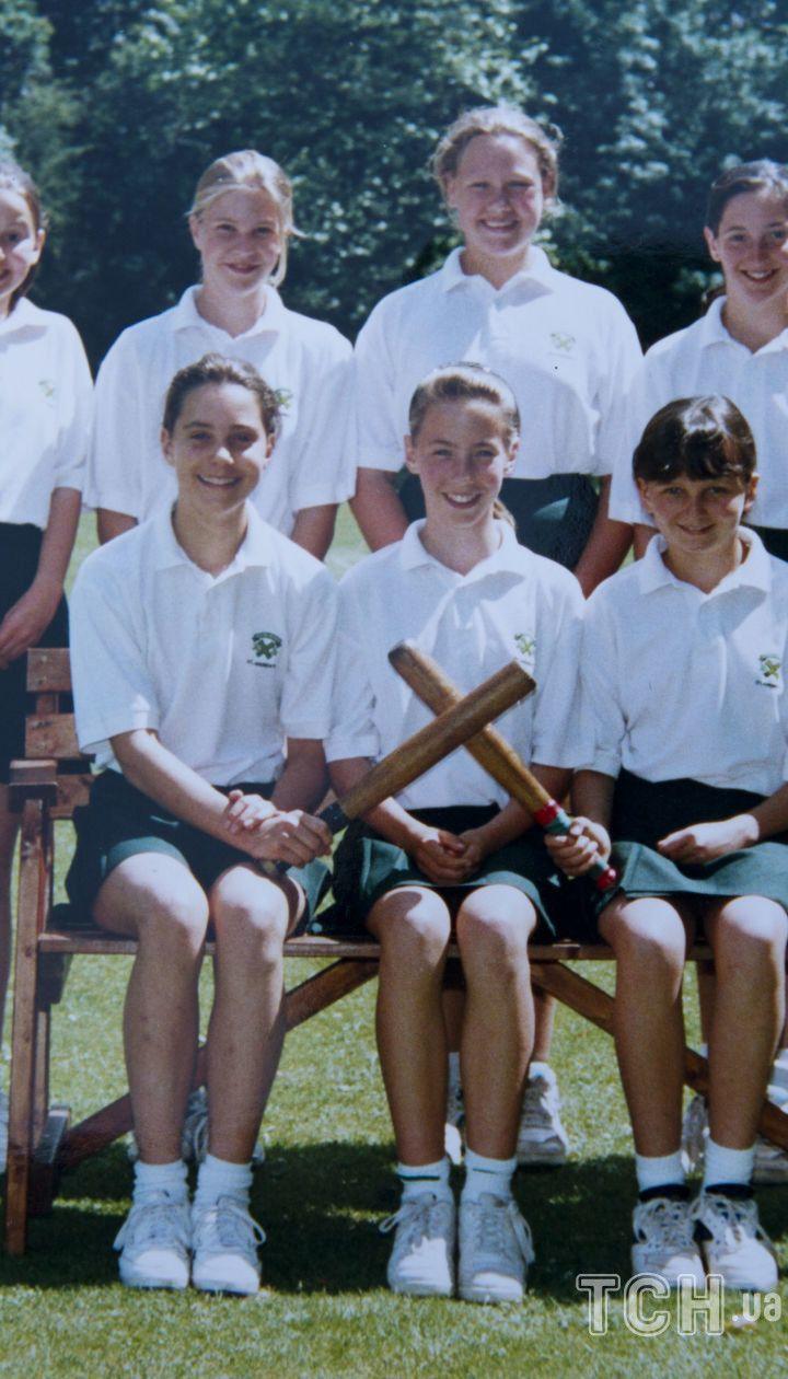 Кейт Миддлтон в школе Сент-Эндрюсс, на фото нижний ряд слева