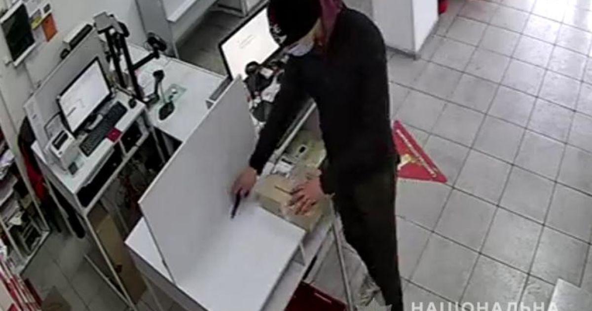 Замовляв товари через пошту та підмінював їх на дешевші: у Києві 22-річний хлопець обманював продавців