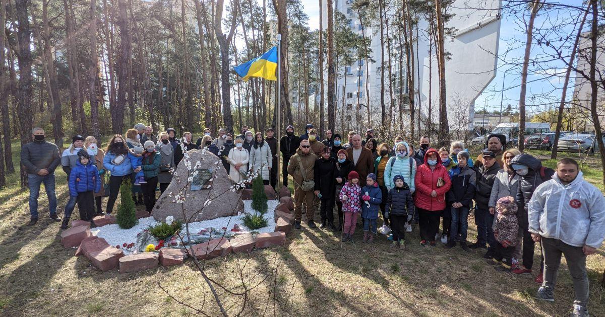 Спасти парк: киевляне отбили лес на Жмаченко, 20, у застройщика и установили памятный знак погибшему бойцу АТО