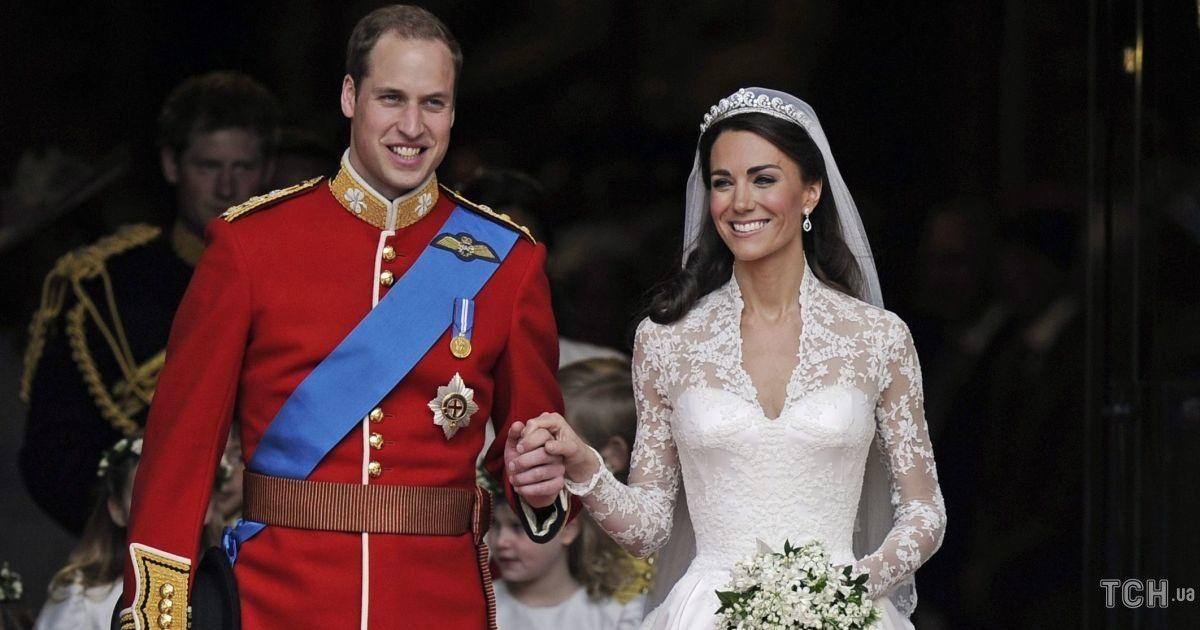 В объятиях друг друга: Кейт и Уильям показали новые кадры в честь десятой годовщины свадьбы