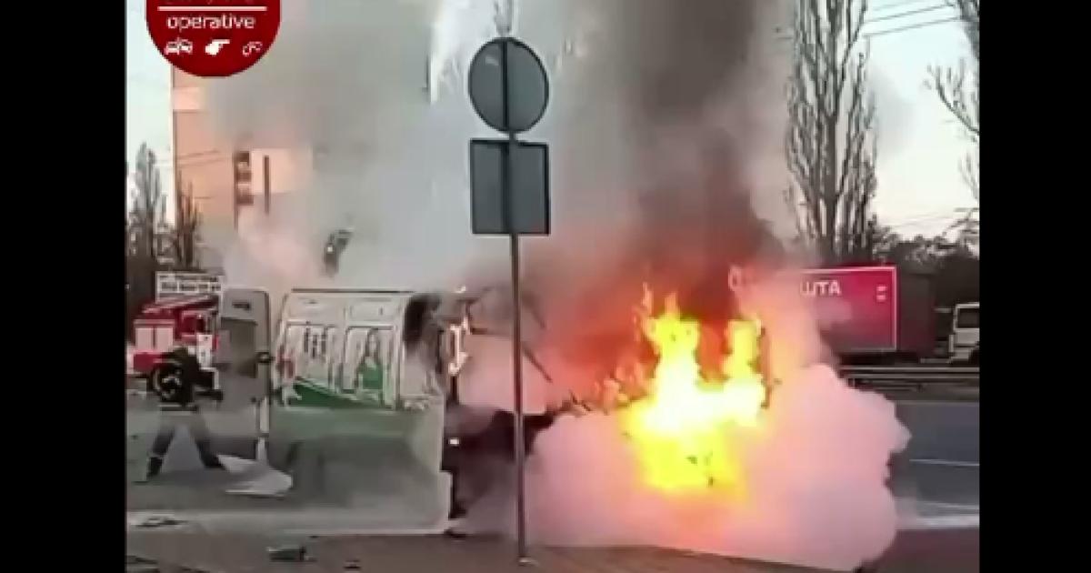 В Киеве посреди дороги загорелся микроавтобус