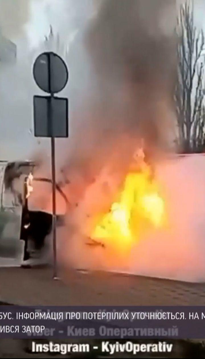 Новости Украины: в Киеве прямо во время движения загорелся микроавтобус