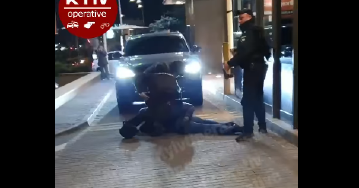 Під час затримання випала граната: у Києві чоловік на парковці закладу харчування погрожував пістолетом