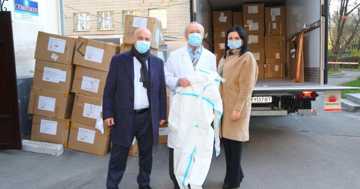Медзаклади столиці отримали від Епіцентру костюми біозахисту