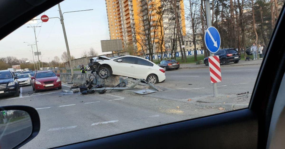 В Киеве в результате серьезного ДТП автомобиль влетел в бетонный отбойник (фото, видео)
