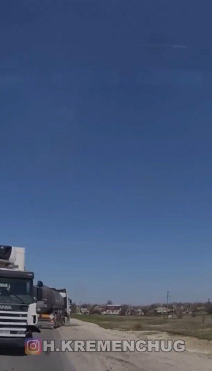 Страшна троща на Полтавській обласіт: біля Кременчука зіткнулися бітумовоз, вантажівка, позашляховик та седан
