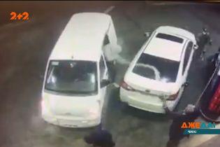 В Чили банда грабителей попыталась похитить авто, владелец которого заправлялся на АЗС