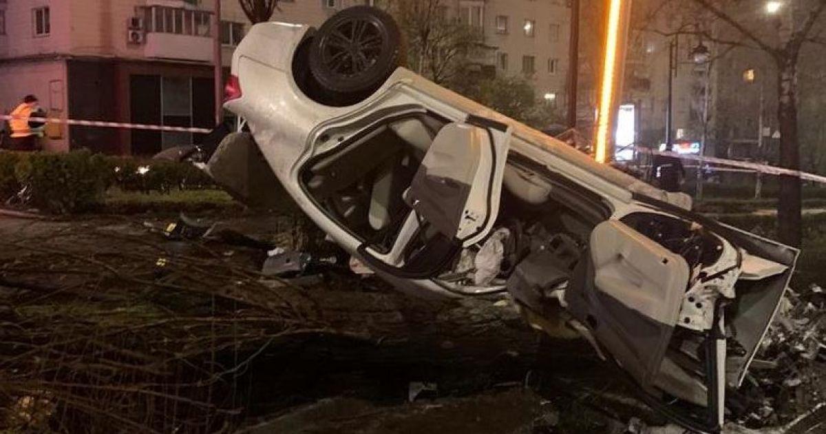 Смертельна автотроща: в центрі Києва іномарка влетіла у дерево, протаранила стовп і перекинулася