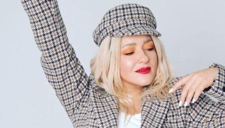 """В кепке и жакете с принтом """"гусиная лапка"""": Наталья Могилевская продемонстрировала стильный лук"""