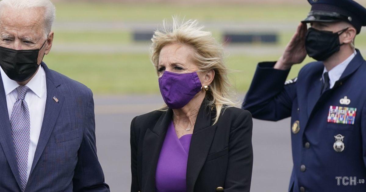 Немного растрепанная: ветер испортил прическу Джилл Байден
