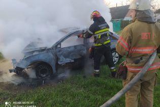 В Київській області сталася смертельна ДТП: автомобіль зіткнувся з деревом і загорівся