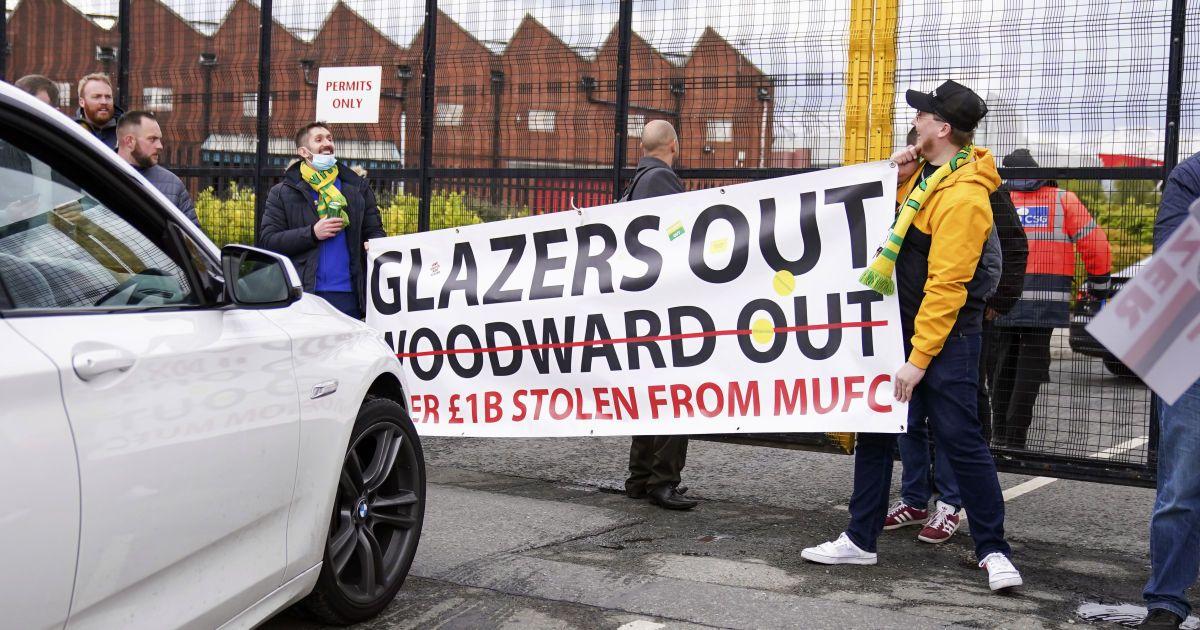 """Масштабный протест: фанаты """"Манчестер Юнайтед"""" прорвались на стадион перед матчем с """"Ливерпулем"""""""