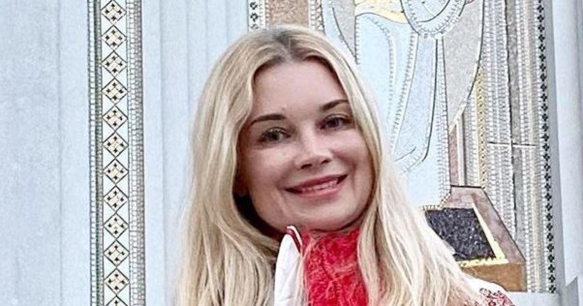 В вышиванке и плиссированной юбке: Лидия Таран с дочкой сходила в церковь